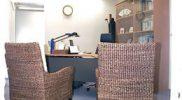診察室も待合室と同様に落ち着きのある家具で揃えられています。